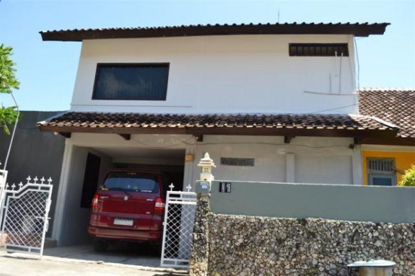 House for sale in Kuta with strategic location – R1007